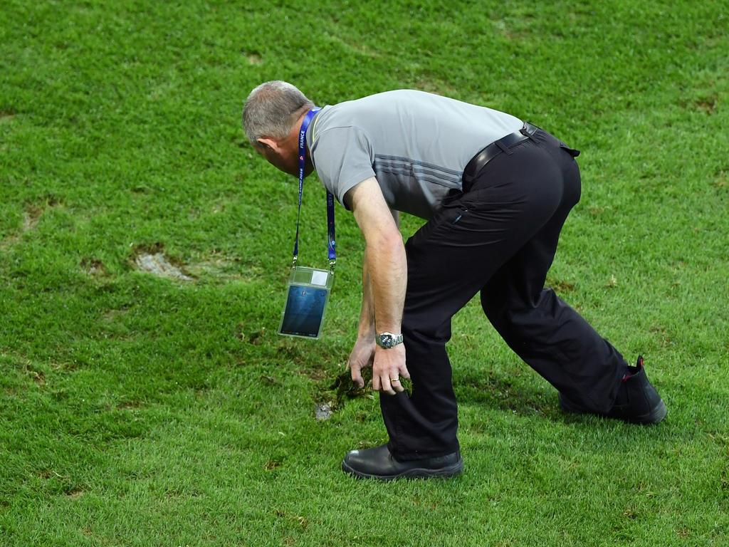 In Lille wird nach dem letzten Gruppenspiel neuer Rasen verelegt
