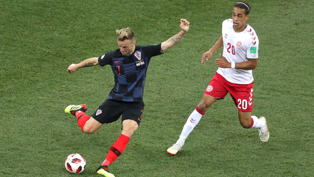 Yussuf Poulsen (r.) will Ivan Rakitić den Ball abnehmen
