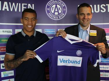 Igor (l.) mit seinem neuen Leiberl und AG-Vorstand Kraetschmer (copyright: FK Austria Wien)