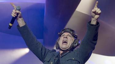 Bruce Dickinson ist der Sänger der Heavy-Metal-Band Iron Maiden