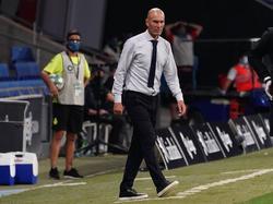 Zidane en la zona técnica de Cornellà.