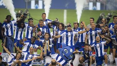 El Oporto celebra sobre la hierba el título liguero.
