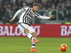 Claudio Marchisio tira a puerta con la camiseta de la Juve.