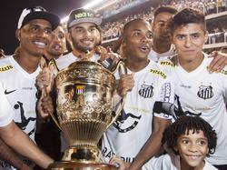 Robinho (3.v.l.) feiert den Gewinn der Regionalmeisterschaft mit dem Santos FC