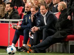 Henk de Jong (m.) wordt tegen Ajax voor het eerst geflankeerd door zijn nieuwe assistent-trainers. Arne Slot (r.) zat al langer bij SC Cambuur, Sipke Hulshoff, die links naast De Jong zit, staat voor zijn eerste klus bij een profclub. (21-11-2015)