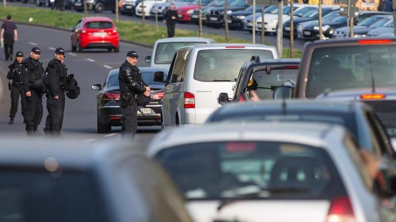 Auch Fan-Anreisen mit dem Auto belasten das Klima in erheblichem Maße