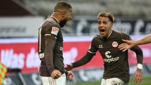 Derby-Held: Daniel-Kofi Kyereh (li.) erzielte den Siegtreffer für St. Pauli