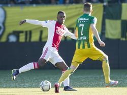 Riechedly Bazoer (l.) probeert Kevin Jansen met een lichaamsschijnbeweging op het verkeerde been te zetten tijdens het competitieduel ADO Den Haag - Ajax. (17-01-2016)