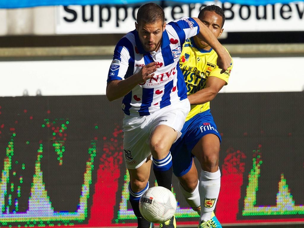 Samir Fazli van sc Heerenveen schudt Lukas Bijker (SC Cambuur) van zich af (29-9-2013)