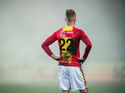Jules Reimerink wacht tot de wedstrijd tussen Go Ahead Eagles en Vitesse weer hervat wordt. Fans gooien rookbommen op het veld, waardoor de wedstrijd even stilgelegd is. (21-03-2015)