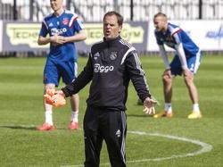 Ajax-trainer Frank de Boer snapt de keuze van één van zijn spelers niet en zet daar openlijk zijn vraagtekens bij. (08-05-2015)