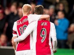 Davy Klaassen (l.) en Arek Milik (r.) samen nadat ze weer belangrijk zijn voor Ajax met doelpunten tegen Cambuur. (21-11-2015)