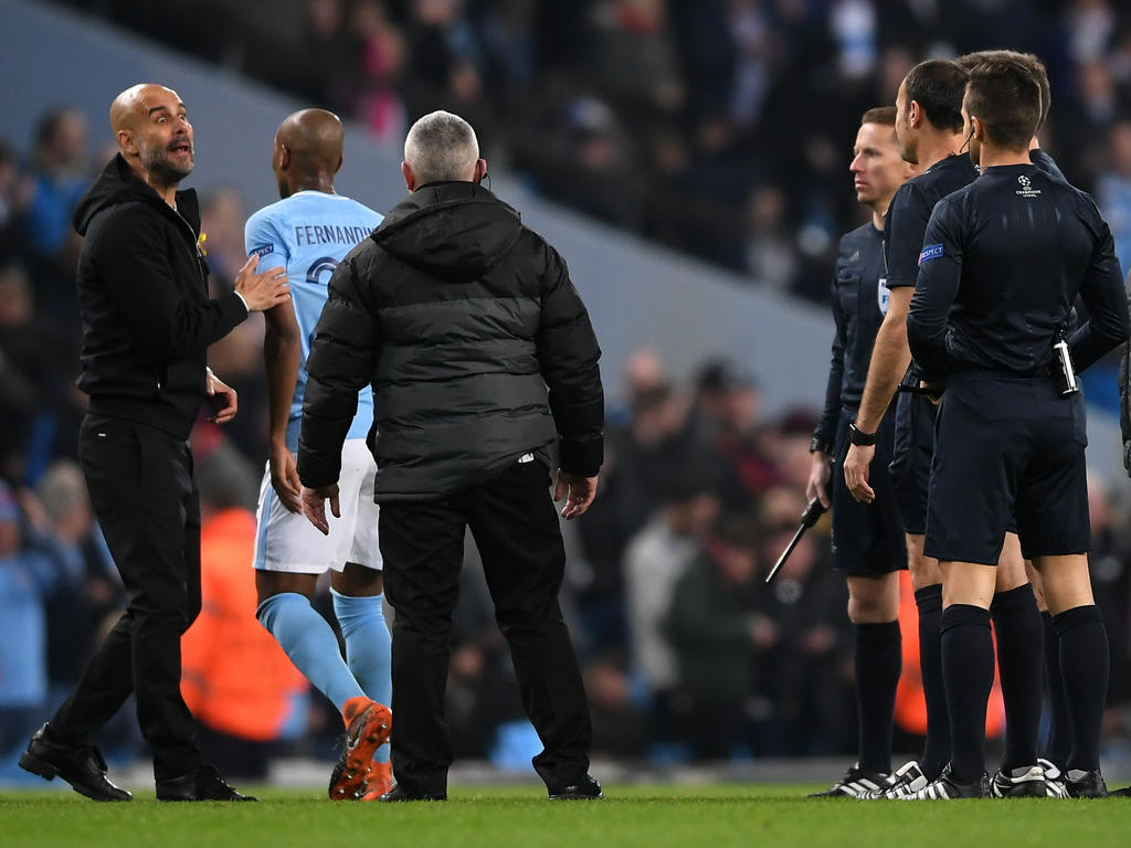 Pep Guardiola (l.) ist stinksauer auf Schiedsrichter Antonio Mateu Lahoz (r.)