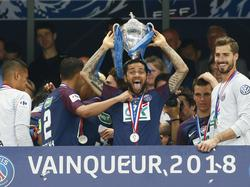 Dani Alves präsentiert den Coupe de France