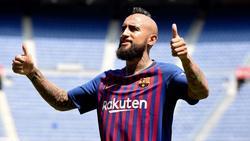Arturo Vidal unterschrieb seinen Vertrag in Barcelona am Montag