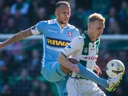 Josimar Lima (l.) van FC Dordrecht zit FC Groningen-speler Nick van der Velden op de huid. (08-03-2015)
