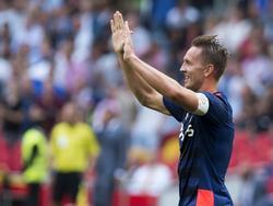 Luuk de Jong opent de score voor PSV in de strijd om de Johan Cruijff Schaal tegen FC Groningen. (02-08-2015)