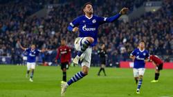 Mark Uth weicht nach dem ersten Bundesliga-Tor für Schalke die Anspannung