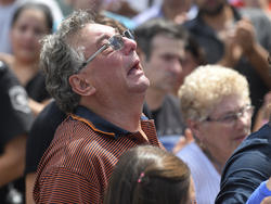 Horacio llora en el funeral de su hijo Emiliano en Progreso. (Foto: Getty)