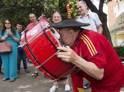 Manolo besa su bombo con el escudo de España.
