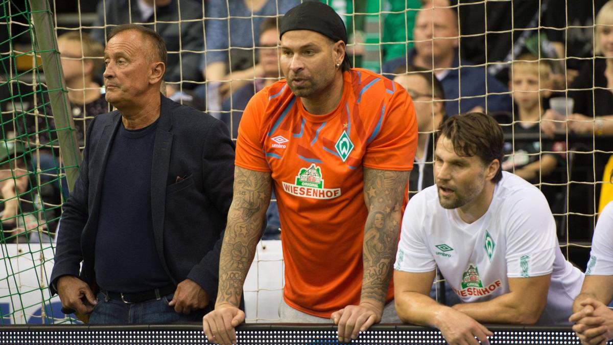 Tim Wiese (M.) erlebte im Trikot des SV Werder viele Derby-Schlachten