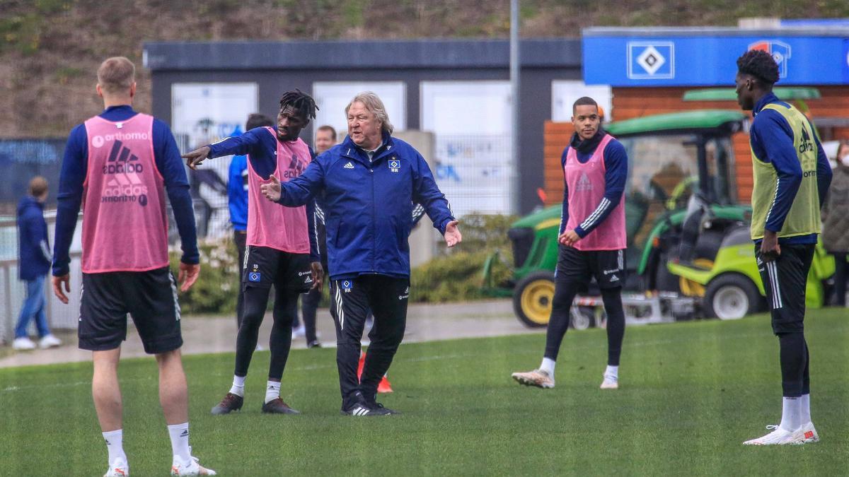 Horst Hrubesch stellt seine HSV-Spieler auf das Duell gegen Nürnberg ein