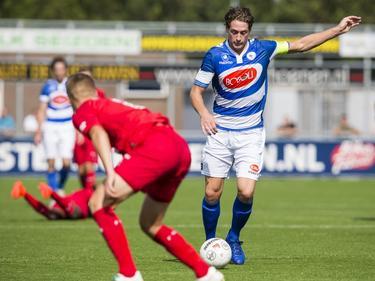 Danny van den Meiracker (r.) vuurt een schot af op het doel van Jong FC Twente tijdens het competitieduel Spakenburg - Jong FC Twente (03-09-2016).