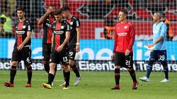 Die Spieler von Bayer Leverkusen schleichen nach der Niederlage vom Platz