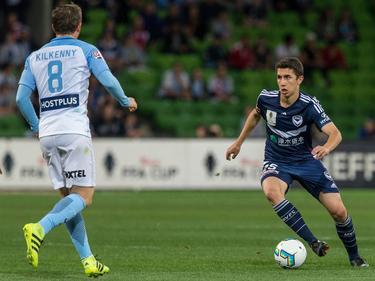 Sebastian Pasquali (r.) aan de bal tijdens een wedstrijd van Melbourne Victory tegen Melbourne City. (25-10-2016)