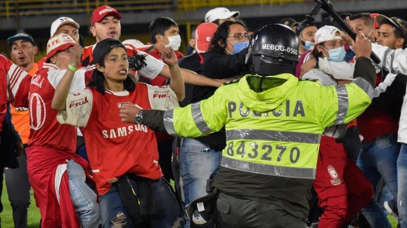 Ultras von Santa Fe stoßen mit der Polizei zusammen