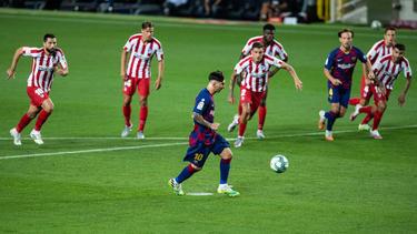 Per Elfmeter erzielt Lionel Messi im Ligaspiel gegen Atlético Madrid seinen 700. Treffer für den FC Barcelona. (30.06.2020)