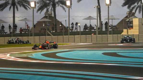 Gegen Max Verstappen (M.) war für Mercedes in Abu Dhabi kein Kraut gewachsen