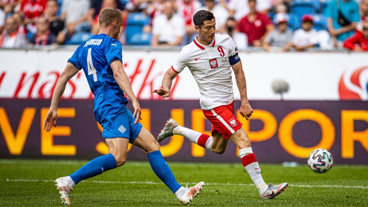 Robert Lewandowski (r.) spielte mit Polen nur Remis gegen Island