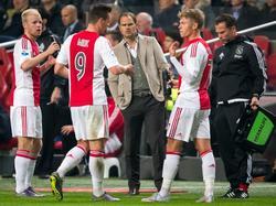 V.l.n.r: Davy Klaassen, Arkadiusz Milik, Frank de Boer en Viktor Fischer. De trainer van Ajax maakt gebruik van een moment waarop de wedstrijd tegen Roda JC stilligt om te praten met zijn doelpuntenmakers. (31-10-2015)