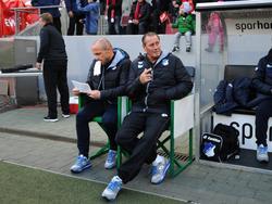 De technische staf, Alfred Schreuder (l.) en Huub Stevens (r.), van Hoffenheim is klaar voor het competitieduel met 1. FC Köln (31-10-2015).