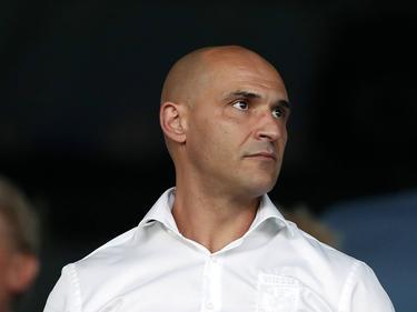 Mohammed Allach, technisch directeur van Vitesse, bekijkt het competitieduel Willem II - Vitesse vanaf de tribune (06-08-2016).