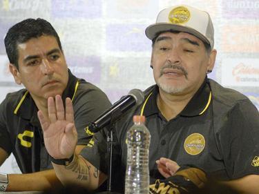 Diego Maradona responde a la prensa en su presentación. (Foto: Imago)