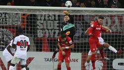 Faustet den Ball ins eigenen Tor: Keeper Fabian Bredlow (rechts oben)
