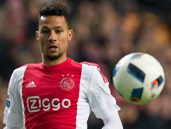 In het duel met Heracles Almelo probeert Ajacied Ricardo van Rhijn een bal te controleren. Door de blessure van Kenny Tete krijgt Van Rhijn weer speelminuten. (26-01-2016)