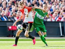 Michiel Kramer (l.) gebruikt zijn arm om verdediger Thomas Lam (r.) van zich af te hoden tijdens Feyenoord - PEC Zwolle. (27-09-2015)