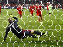Voor de 26e keer wordt Jasper Cillessen (l.) verslagen vanaf de penaltystip. Hakim Ziyech doet het tijdens FC Twente - Ajax met een Panenka. (12-09-2015)