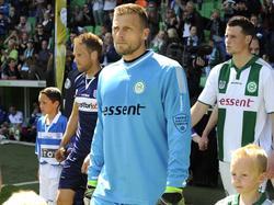 Doelman Peter van der Vlag (m.) maakt op 37-jarige leeftijd zijn debuut in de Eredivisie. FC Groningen gunt hem zijn debuut tegen PEC Zwolle, Sergio Padt neemt plaats op de bank. Bart van Hintum (l.) en Hans Hateboer komen samen met Van der Vlag het veld op. (10-05-2015)