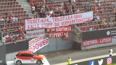 Fans des FC Bayern protestieren beim Spiel gegen PSG (Bildquelle: twitter.com/FinancialFairpl)