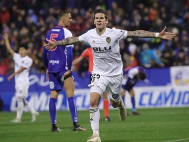 Santi Mina marcó un doblete para salvar al Valencia contra el Ebro. (Foto: Getty)