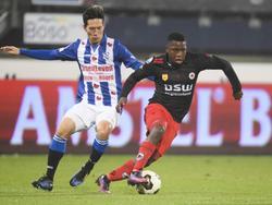 Nigel Hasselbaink (r.) probeert Yuki Kobayashi (l.) van sc Heerenveen achter zich te houden. (10-12-2016)
