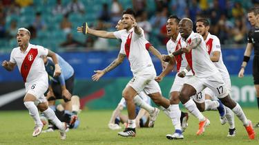 Los jugadores peruanos se abrazan celebrando el pase.