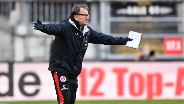 War als Trainer immer mit Zettel und Stift bewaffnet: Ewald Lienen gestikuliert wild. Foto:Uwe Anspach