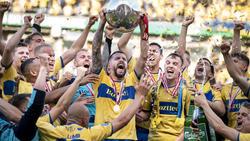 Anthony Jung streckt den dänischen Meisterpokal in die Höhe - und kickt wohl bald in Liga zwei