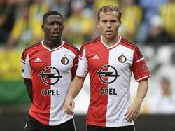 Ruud Vormer (r.) en Ruben Schaken vormen een klein muurtje in de uitwedstrijd tegen ADO Den Haag. (10-08-2014)