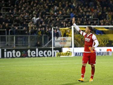 Nemanja Gudelj bedankt de meegereisde supporters van AZ na de wedstrijd tegen NAC in de Eredivisie. (08-11-14)